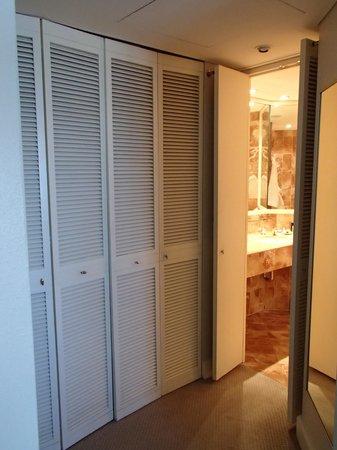 InterContinental Adelaide: Pokey shutter door into bathroom