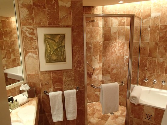 InterContinental Adelaide: Well equipped bathroom