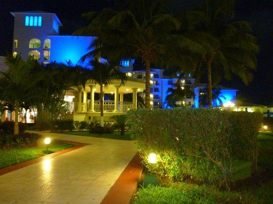 Occidental Costa Cancun: Área de passagem, próxima à piscina.