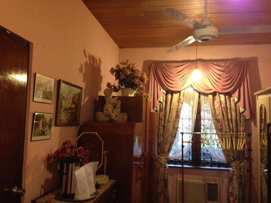 Garden Guest House: Pink room