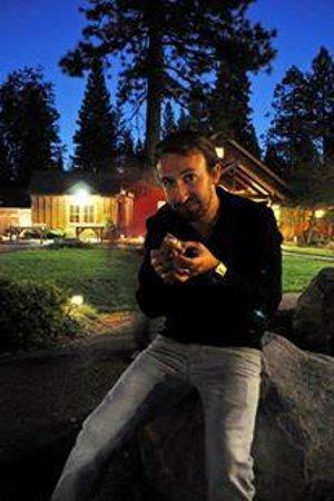 Evergreen Lodge at Yosemite : Eating free smores!