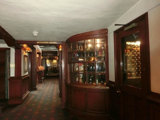 Salisbury Arms Hotel: バーやレストランの入り口。