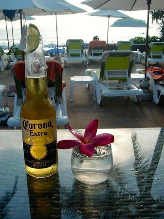 Kata Beach Resort and Spa : プールサイドバーは17:30〜18:30はハッピィアワーで割安です
