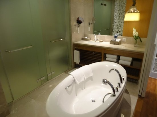 InterContinental Hua Hin Resort: Bath tub - Premier room South Wing