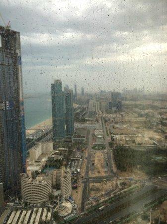 Jumeirah at Etihad Towers : Blick über die Corniche........bei Regen :-(
