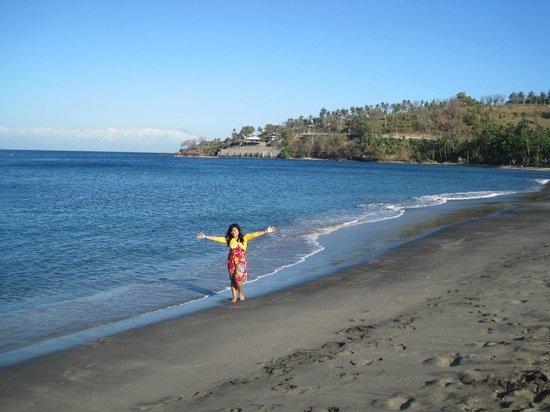 The Santosa Villas & Resort : Pantai di Belakang Hotel