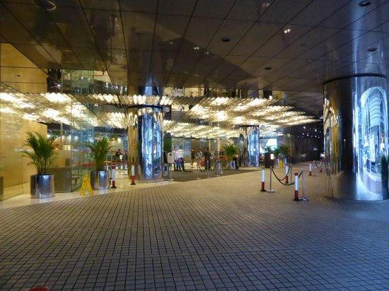 The Kowloon Hotel: ロビーは広いですがバス等は入れず道路沿いに
