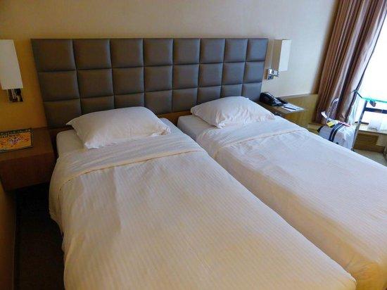 The Kowloon Hotel : ツインですがベッドが近すぎっ!