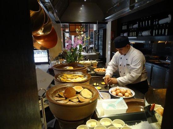 InterContinental Hua Hin Resort: Preparing food at the Eggs Station