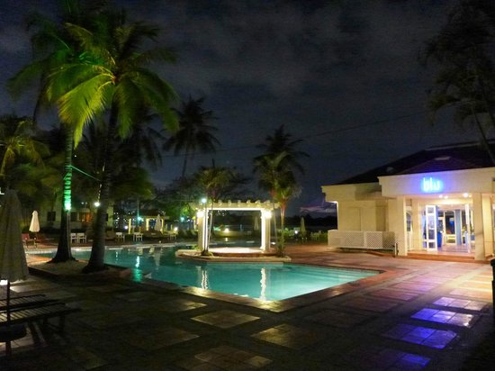 Riverside Serviced Apartments: Pool and Blu restaurant