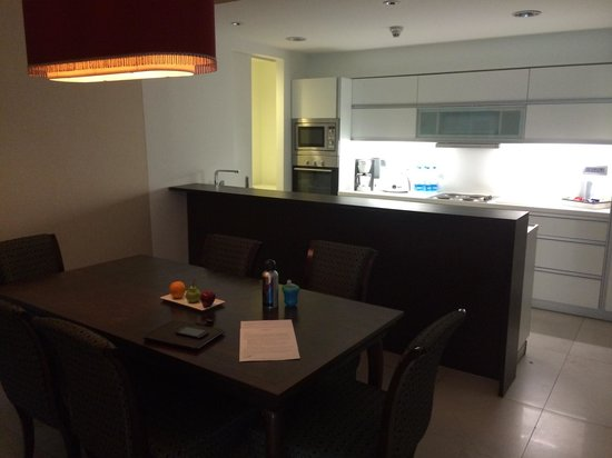 Oakwood Premier Pune: Kitchen and dining