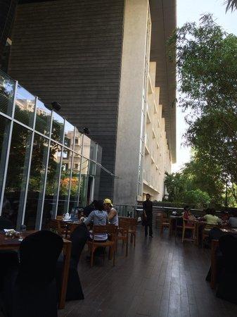 Marriott Suites Pune: Breakfast area.. Nice