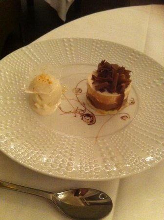 aux poulbots gourmets: charlotte chocolat blanc et noir avec croquant au pralin