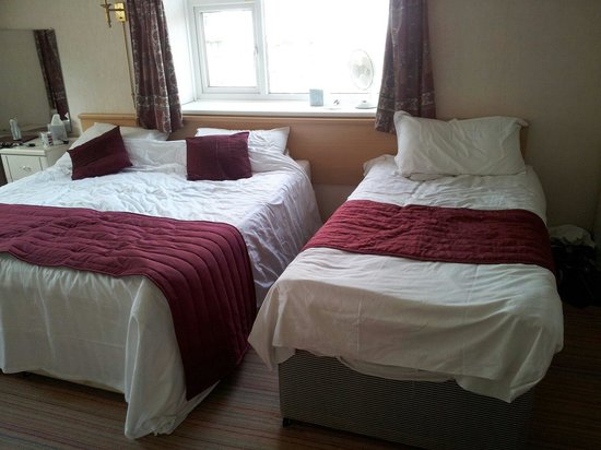 Denewood Hotel: Family room. One kingsize and one 3/4 bed. Still loads of space in the room.