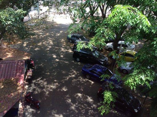 Jewels Hotel: Shaded parking spots