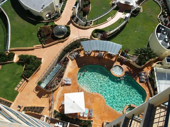 Mantra Mooloolaba Beach Resort: View vertically down from patio of pool