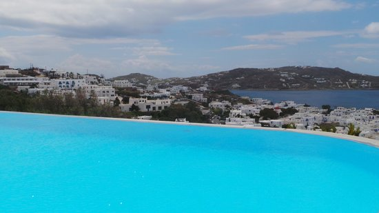 Vencia Hotel: The pool and view