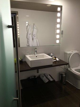 Tivoli Marina Vilamoura: Stylish and big bathroom