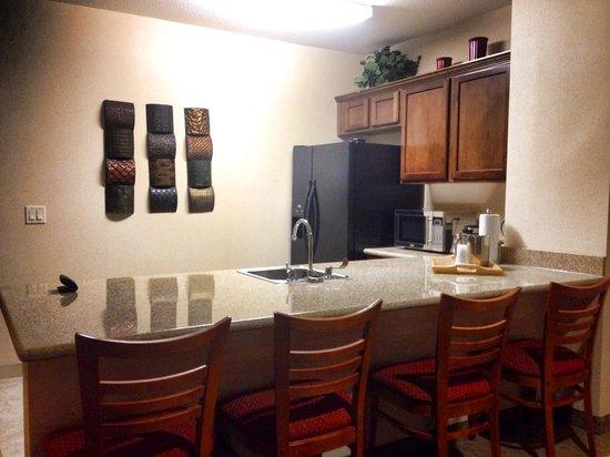 Comfort Suites Univ. of Phoenix Stadium Area: The kitchenette
