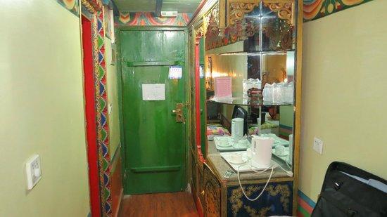 Dhood Gu Hotel: Ingresso camera dall'interno