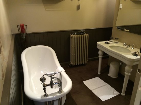 Hotel Harmony: The bath, Room 11