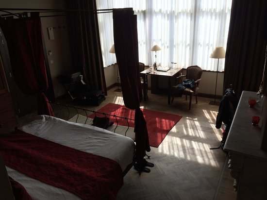 Hotel Harmony: Sun streaming in the bay window at the front of the hotel - Room 11