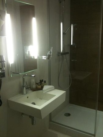 BEST WESTERN PREMIER 61 Paris Nation Hotel: salle de bain suite familiale