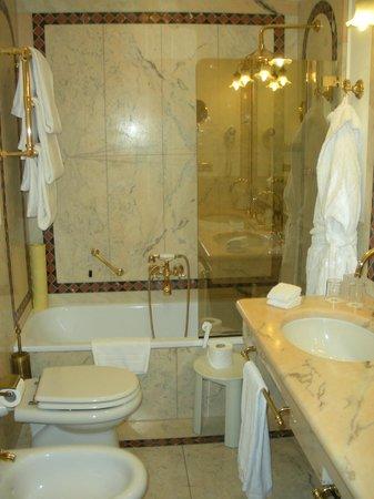 Due Torri Hotel : bathroom