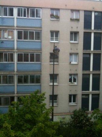 Best Western Plus 61 Paris Nation Hotel: vue suite familiale côté enfants (rue)