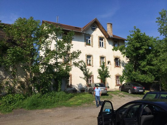 Hungaria Guesthouse : The view from the parkinglot in the back
