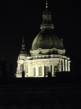 7Seasons Apartments Budapest: night view from apartment of St Stevrn's Basilica