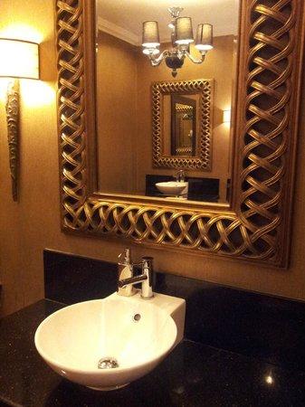 The Grand Hotel: Baño de recepción