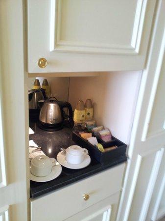 The Kingsbury : Minibar con kettle