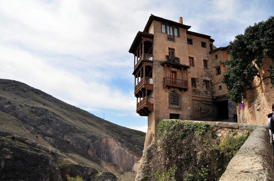 Museo de Arte Abstracto Español Casas Colgadas: 崖っぷちに建っています