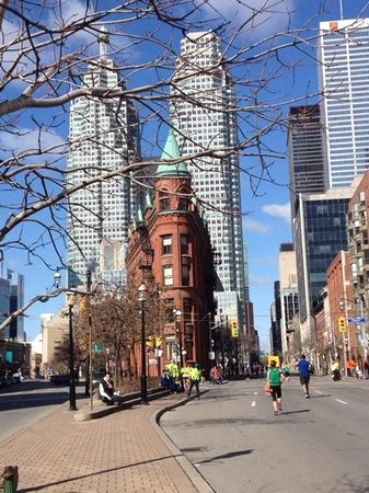 Holiday Inn Express Toronto Downtown: toronto marathon by the hotel.