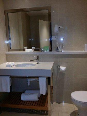 Ibis Styles Melbourne, The Victoria Hotel : Impressive bathroom