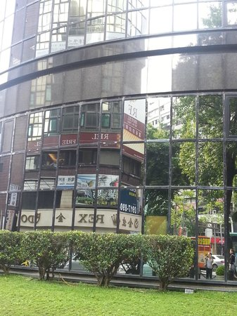 RF Hotel: Walking from Zhongxiao Dunhua MRT, the hotel can only be found thru reflection off an opp buildi