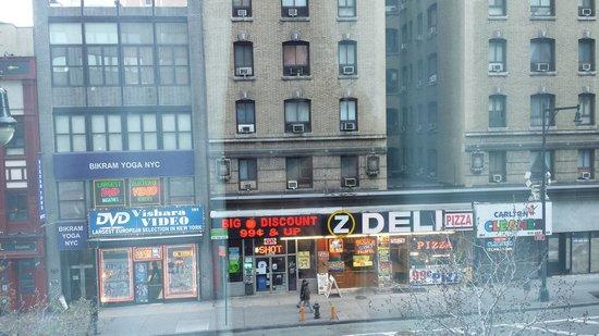 Hilton Garden Inn Times Square : finestra su 8^ Av.
