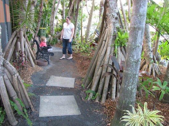 Noosa Backpackers Resort: Front gardens of the Hostel