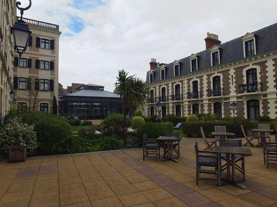 Hôtel Barrière Le Grand Hôtel: côté piscine