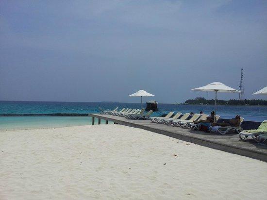Kuramathi Island Resort: Playa cerca de la infinity pool