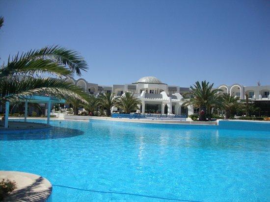 Djerba Holiday Beach: la Piscine, vue sur la terrasse.