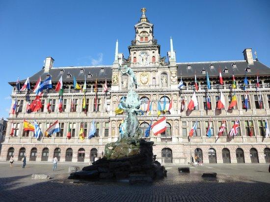 Grote Markt van Antwerpen: 市庁舎前のブラボーの噴水
