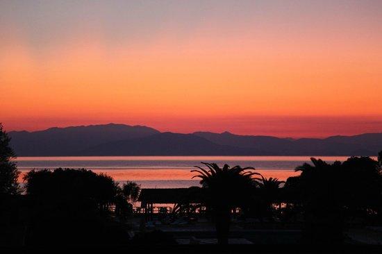 Moraitika, Grecia: Вид на закат из номера