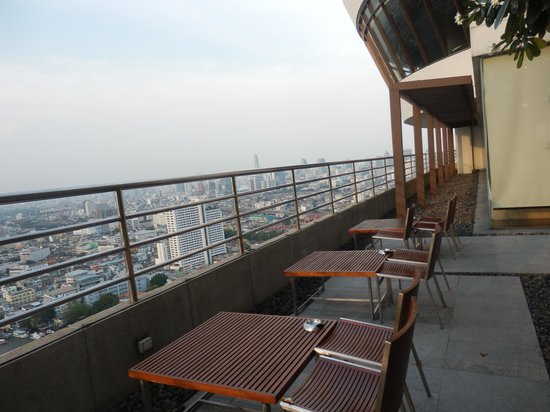 Millennium Hilton Bangkok: Outdoor Area at the Executive Lounge