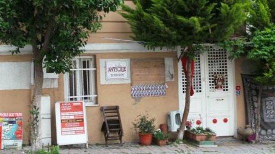 Antique House: Вид отеля с улицы