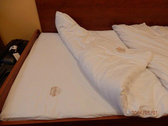 Hotel Lothus: Sábanas bordadas en dorado con anagrama del hotel