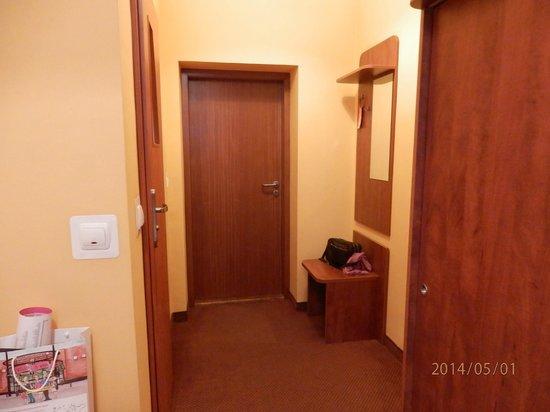 Hotel Lothus: Entrada de la habitación