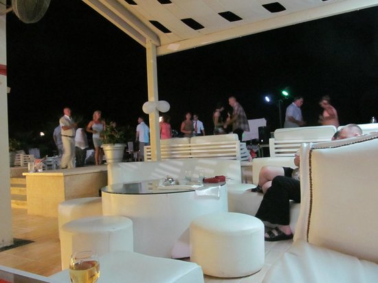 Premier Le Reve Hotel & Spa (Adults Only): Evening at pool bar