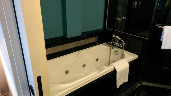 The Scarlet Singapore: Swank Suite - the luxurious (though slightly small) bathtub